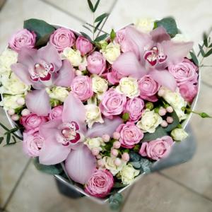 Нежное сердце из роз и орхидей R88