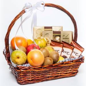 Корзина с фруктами и сладким R335