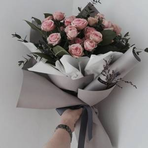 Букет 7 веток кустовой пионовидной розы с зеленью R1236