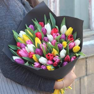 Букет 39 разноцветных тюльпанов в черной бумаге R986